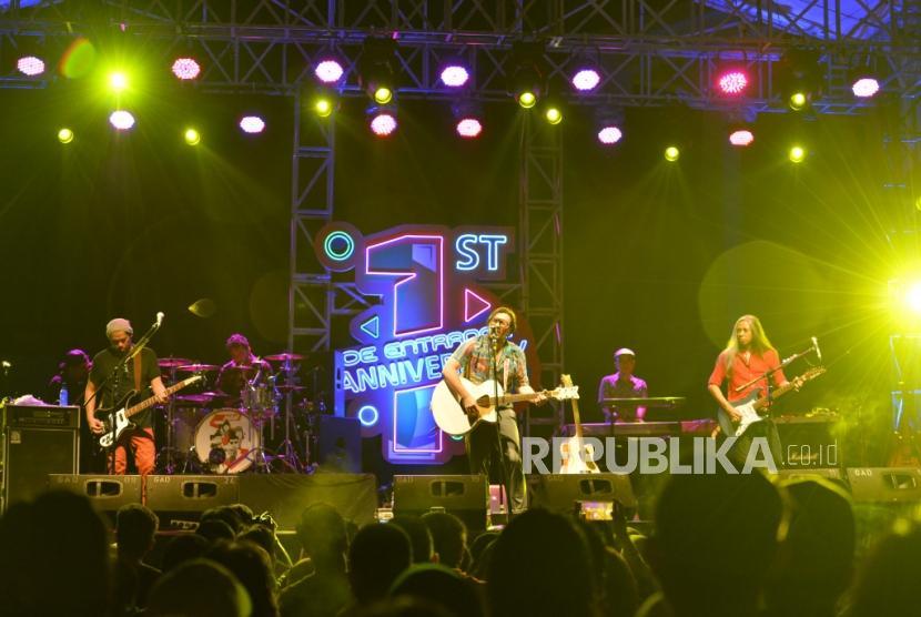 Grup Band Naif. Diskoria, Ardhito Pramono dan Isyana Sarasvati persembahkan lagu Yth: NAIF.