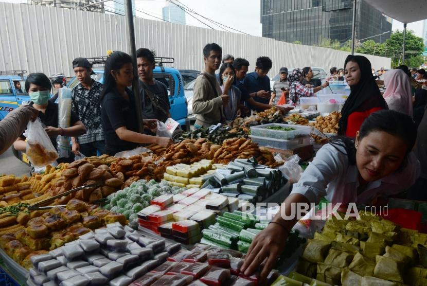 Warga membeli makanan untuk berbuka puasa di Pasar Takjil Benhil, Jakarta, Senin (6/5).