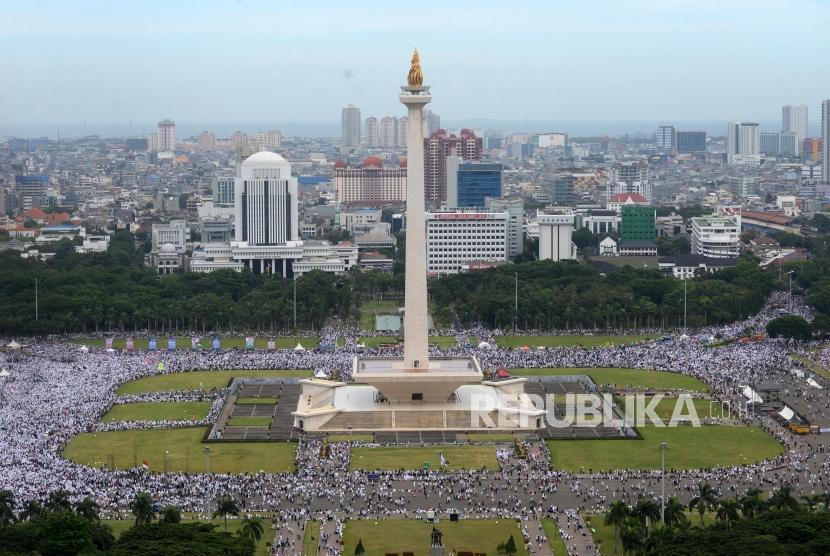 Ribuan umat Islam mengikuti Reuni 212 di kawasan Monumen Nasional (Monas), Jakarta, Sabtu (2/12).