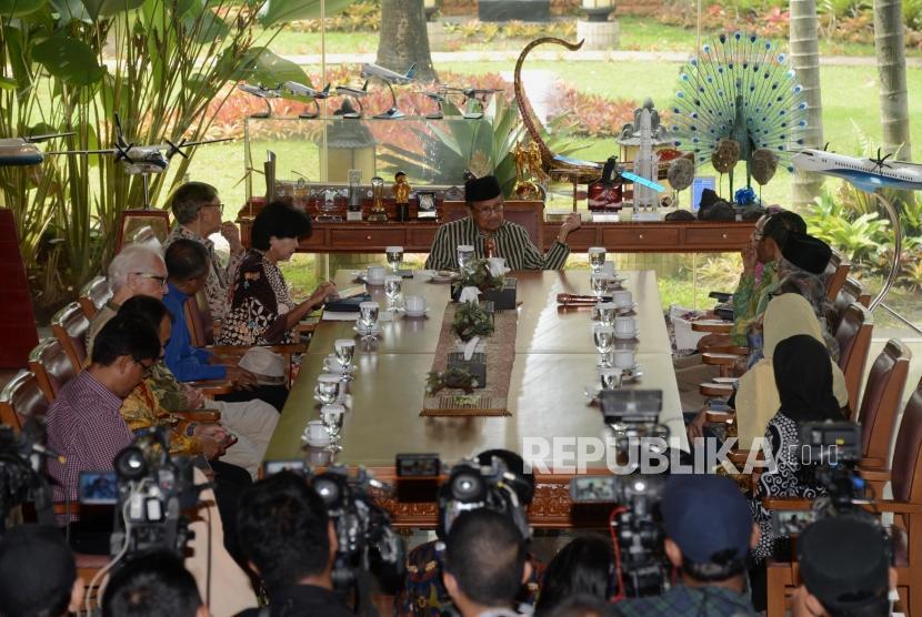 Presiden ke-3 RI BJ Habibie memaparkan penjelasan saat menggelar silaturahim dan sarasehan tokoh masyarakat dan sesepuh bangsa di Jakarta, Rabu (1/5).