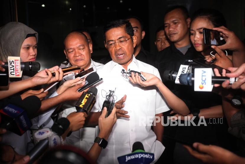Menteri Sosial Idrus Marham memberikan keterangan kepada media seusai menjalani pemeriksaan di Gedung KPK, Jakarta, Kamis (19/7).