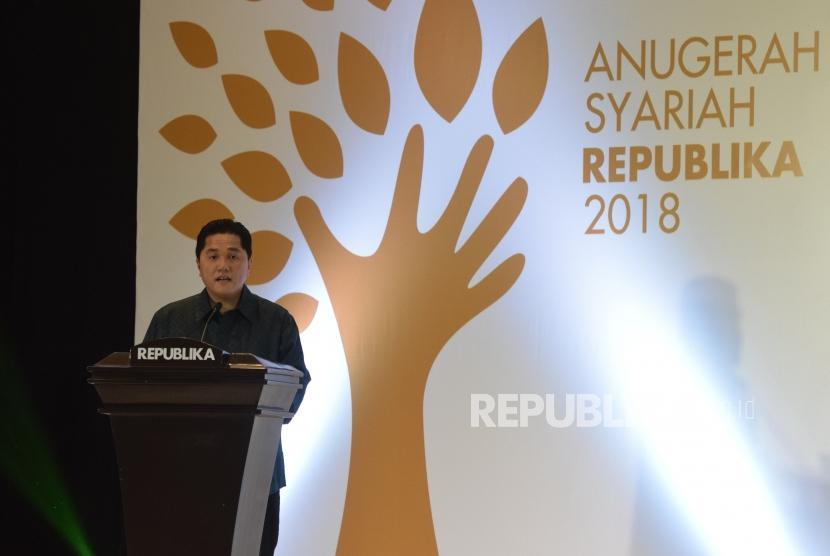 Founder and Chairman of Mahaka Group Erick Thohir memberikan sambutan pada acara Anugerah Syariah Republika di Jakarta, Kamis (8/11) malam.