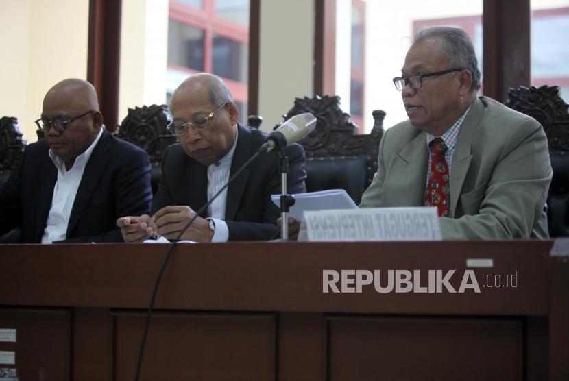 Pengacara tergugat membacakan duplik saat sidang lanjutan terkait gugatan atas Surat Keputusan Menteri Hukum dan Hak Asasi Manusia tentang pembubaran Hizbut Tahrir Indonesia (HTI) di Pengadilan Negeri Tata Usaha, Jakarta, Kamis (4/1).