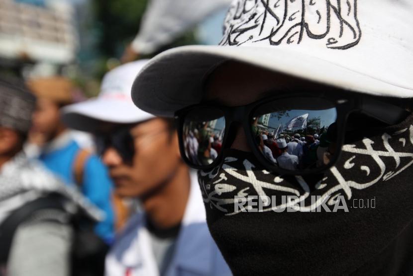 Massa yang tergabung dalam Persaudaraan Alumni 212 melakukan aksi unjuk rasa di depan gedung Bareskrim Polri, Jakarta, Jumat (6/7).