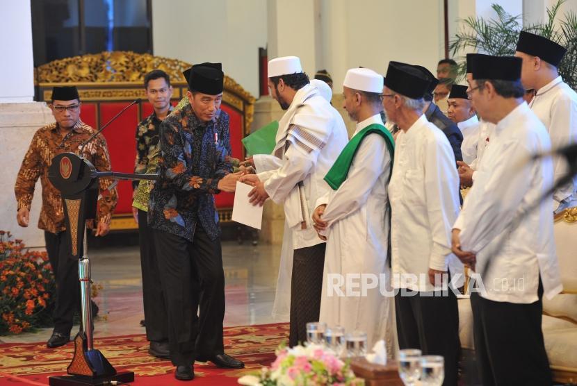 Presiden RI Joko Widodo berjabat tangan dengan para ulama, kiai dan habib se-Jadetabek di Istana Negara, Jakarta, Kamis (7/2).