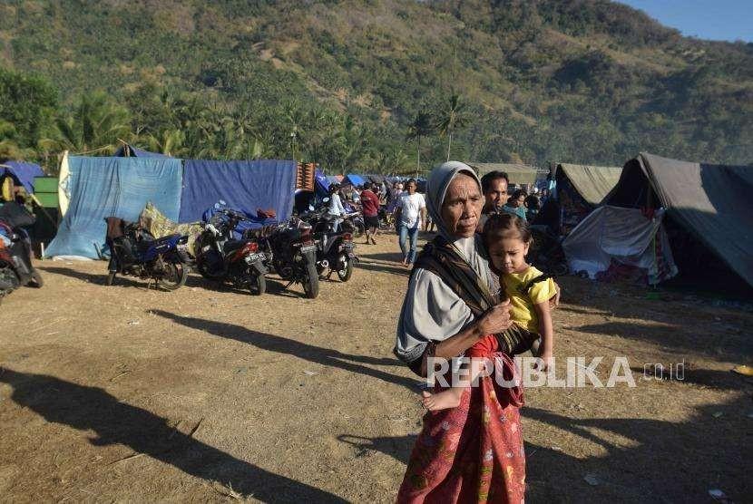 Korban  gempa bumi berada pengusian di dusuk pusuk, Lombok Utara, Nusa Tenggara Barat, Rabu (8/8).