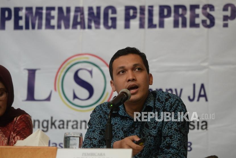 Survei Persepsi Ekonomi. Peneliti LSI Denny JA, Adrian Sopa menyampaikan hasil survei pemilihan presiden berdasarkan persepsi ekonomi di Jakarta, Selasa (27/11).