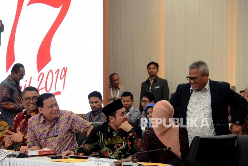Ketua KPU Arief Budiman (kanan) saat berbincang dengan Ketua Bawaslu Abhan, Komisioner Bawaslu Fritz Edward Siregar dan Mochammad Afifuddin pada Rapat Pleno Rekapitulasi Hasil Penghitungan dan Perolehan Suara Tingkat Nasional Dalam Negeri dan Penetapan Hasil Pemilu 2019 di Kantor KPU, Jakarta, Ahad (19/5).