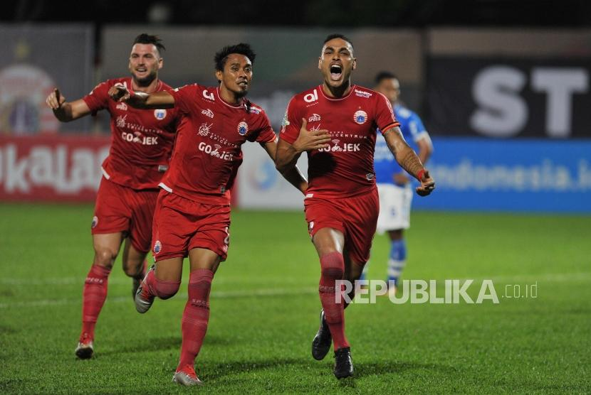 Pemain Persija Jakarta Jaime Xavier (kanan) melakukan selebrasi seusai mencetak gol ke gawang Persib Bandung dalam laga tunda Liga 1 di Stadion PTIK, Jakarta, Sabtu (30/6).
