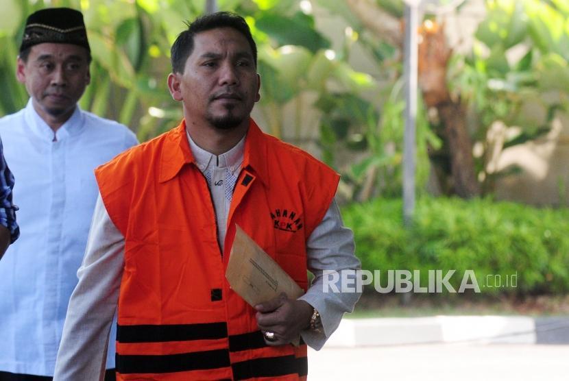 Bupati Bener Meriah Ahmadi saat akan menjalani pemeriksaan di Gedung KPK, Jakarta, Jumat (6/7).