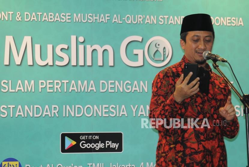 Ustaz Yusuf Mansur membaca Al-Quran menggunakan aplikasi Muslim Go pada peresmian aplikasi Muslim Go di Bayt Al-Quran dan Museum Istiqlal Taman Mini Indonesia Indah, Jakarta, Jumat (4/5).