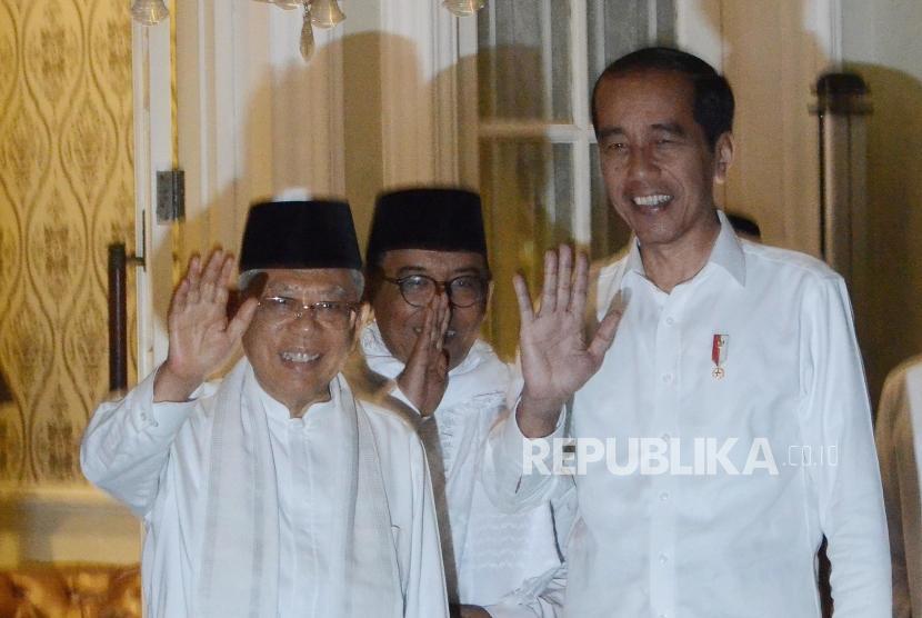 Calon Presiden Joko Widodo (kiri) bersama Calon Wakil Presiden Ma'ruf Amin (kanan)