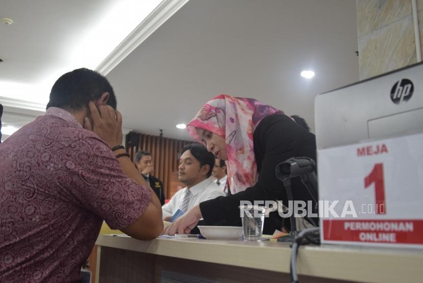 Petugas MK memberikan penjelasan terkait  permohonan atas sengketa pilkada 2018  di Gedung Mahkamah Konstitusi, Jakarta. (ilustrasi)