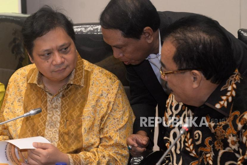 Ketua Umum Golkar Airlangga Hartarto berbincang sebelum memimpin rapat pleno fraksi partai golkar di Gedung Nusantara, Kompleks Parlemen ,Senayan, Jakarta, Kamis (11/1).