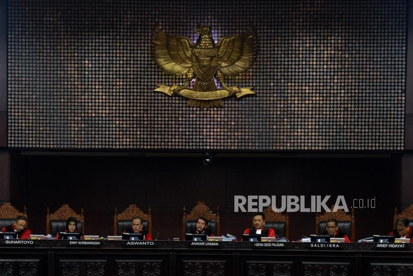 Ketua Mahkamah Konstitusi Anwar Usman saat memimpin sidang perdana Perselisihan Hasil Pemilihan Umum (PHPU) Pemilihan Presiden (Pilpres) 2019 di Gedung Mahkamah Konstitusi, Jakarta, Jumat (14/6).