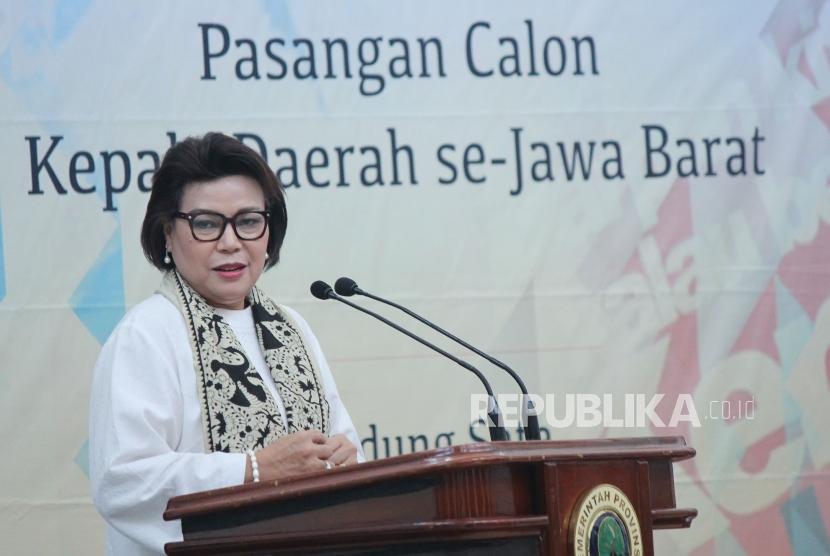 Wakil Ketua KPK Basaria Panjaitan menyampaikan materi pada Pembekalan Antikorupsi dan Deklarasi LHKPN Pasangan Calon Kepala Daerah se-Jawa Barat, di Gedung Sate, Kota Bandung, Selasa (17/4).