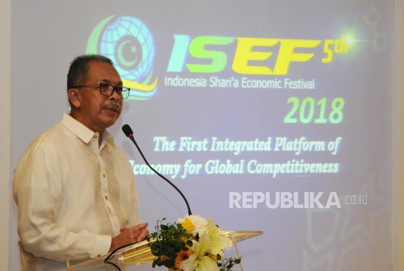 Deputi Gubernur Bank Indonesia Sugeng menyampaikan pidato pembuka pada acara seminar bertajuk Membuka Akses Layanan Keuangan Melalui Optimalisasi Layanan Remiten, pada rangkaian acara  Indonesia Shari'a Economic Festival ke 5 (ISEF), di Surabaya, Jumat (14/12).