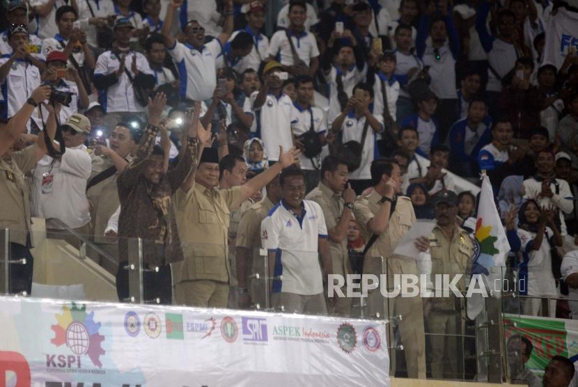 Ketua Umum Partai Gerindra Prabowo Subianto menyapa para buruh pada acara deklarasi calon presiden 2019 yang digelar Konfederasi Serikat Pekerja Indonesia (KSPI) sekaligus memperingati Hari Buruh Internasional di Istora Senayan, Jakarta, Selasa (1/5).