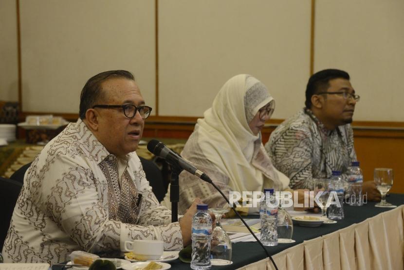 Ketua Indonesia Halal Lifestyle Center (IHLC) Sapta Nirwandar (kiri) memberikan paparan saat Focus Group Discussion Halal Tourism Indonesia di Jakarta, Rabu (10/7).