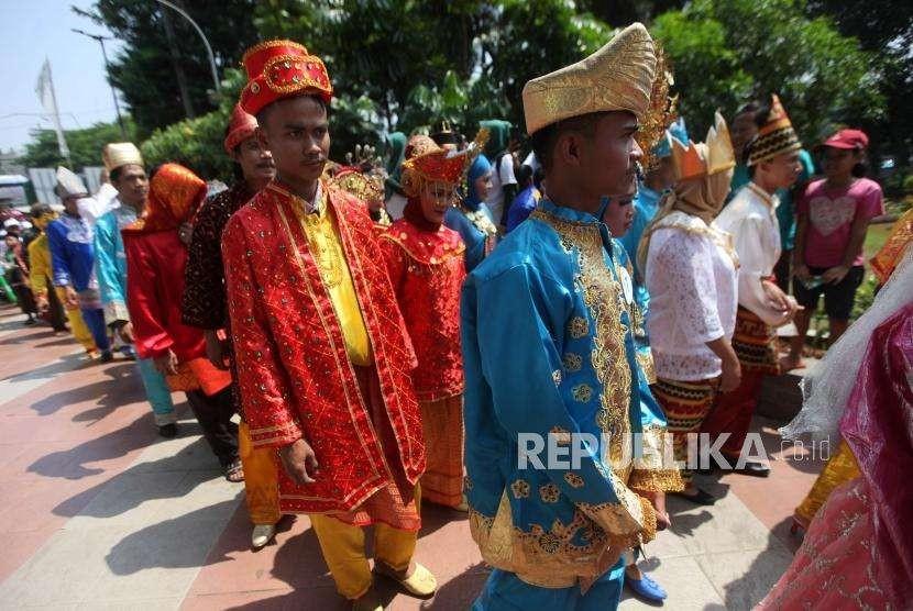 Pasangan pengantin bersiap mengikuti nikah massal di Thamrin Park Ride, Jakarta, Senin (31/12/2018).