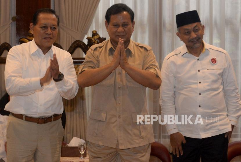 Ketua Umum Partai Gerindra Prabowo Subianto (tengah) bersama Pasangan Calon Gubernur Jawa Barat dari Partai Koalisi Asyik, Sudrajat (kiri) - Ahmad Syaikhu (kanan) saat melakukan pertemuan di Jakarta, Kamis (1/3).