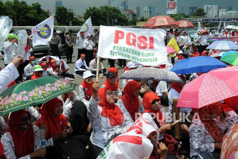 Sejumlah guru honorer saat menggelar aksi di depan Gedung DPR, Senayan, Jakarta, beberapa waktu lalu.