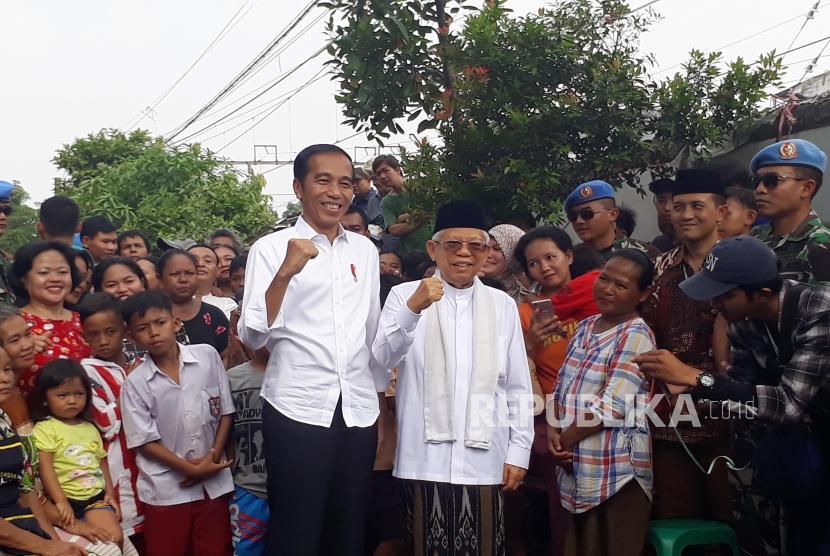 Capres dan cawapres terpilih Joko Widodo dan Ma'ruf Amin menyampaikan pidato kemenangannya di Kampung Deret, Johar Baru, Jakarta Pusat, Selasa (21/5) siang.