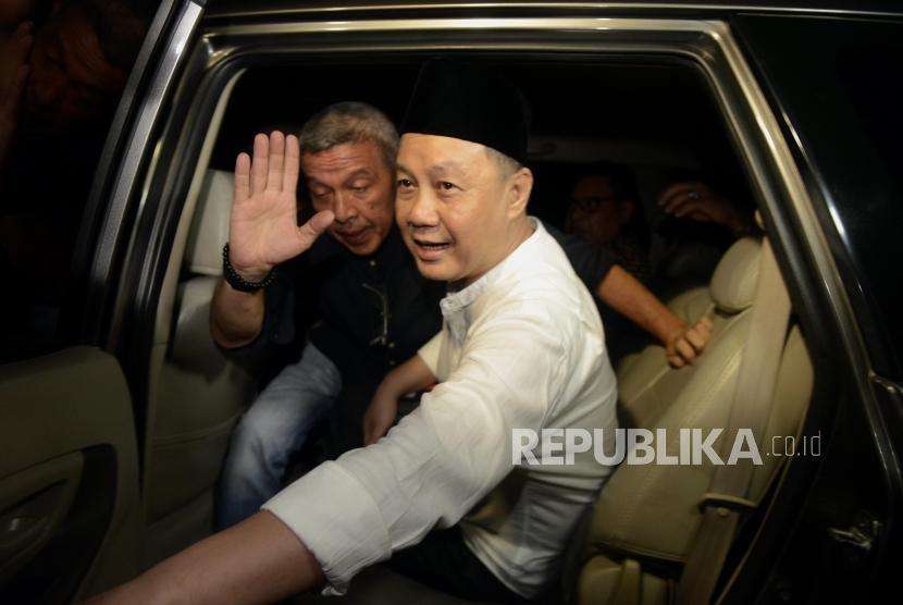 Mantan Kepala Badan Penyehatan Perbankan Nasional (BPPN) Syafruddin Arsyad Temenggung menaiki mobil sebelum meninggalkan Rutan KPK, Jakarta, Selasa (9/7).