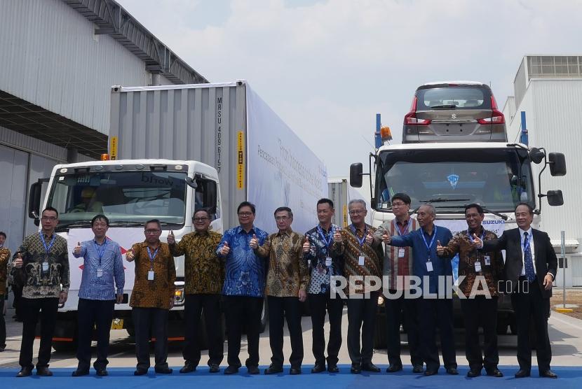 Menteri Perindustrian RI Airlangga Hartarto (kelima kanan), bersama petinggi Suzuki Indonesia berfoto bersama saat seremoni ekspor perdana All New Ertiga dan NEX II di pabrik PT Suzuki Indomobil Motor (SIM), Cikarang, Senin (22/10).