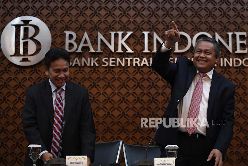 Gubernur Bank Indonesia Perry Warjiyo (kanan) bersama Deputi Gubernur BI Mirza Adityaswara (kiri) usai menyampaikan hasil Rapat Dewan Gubernur Bank Indonesia di Jakarta, Kamis (21/3/2019).