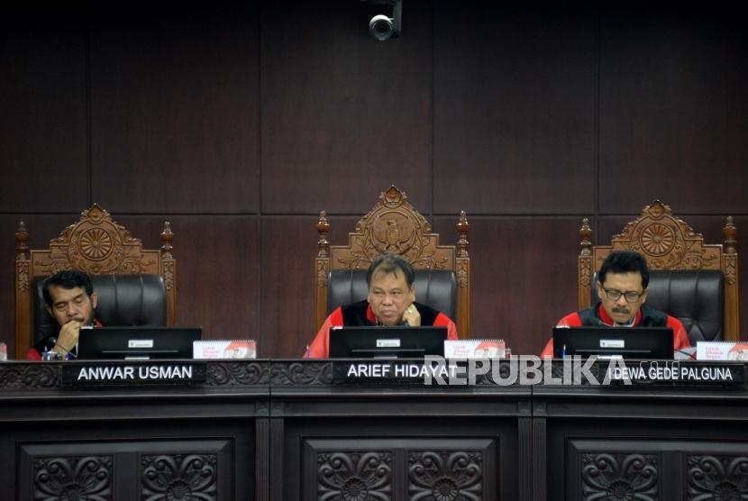 Ketua Majelis Hakim Mahkamah Konstitusi (MK) Arief Hidayat bersama Majelis Hakim MK lainnya memimpin jalannya sidang uji materi Undang-Undang Nomor 7 Tahun 2017 tentang Pemilihan Umum (UU Pemilu) dengan agenda pembacaan putusan di Mahkamah Konstitusi, Jakarta, Kamis (11/1).