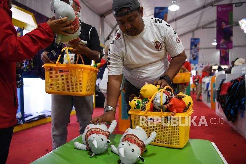 Pembeli memburu souvenir resmi Asian Games di Booth Souvenir Asian Games, Senayan, Jakarta, Kamis (30/8) Setiap harinya souvenir resmi Asian Games habis di beli oleh pengunjung dan sejumlah atlet yang ikut serta di Asian Games.