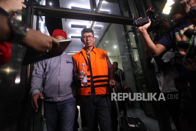 Kalapas Sukamiskin Wahid Husen memakai rompi tahanan berjalan seusai menjalani pemeriksaan di Gedung KPK, Jakarta, Sabtu (21/7).
