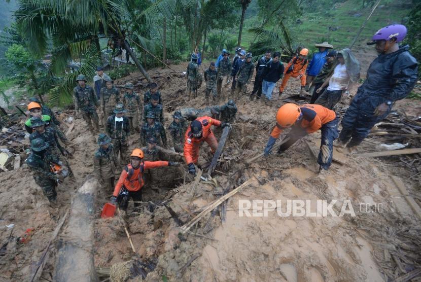Tim Gabungan mencari korban dibawah longsoran di dusun Cimapag, Desa Sinaresmi, Cisolok, Sukabumi, Jawa Barat, Selasa (1/1).