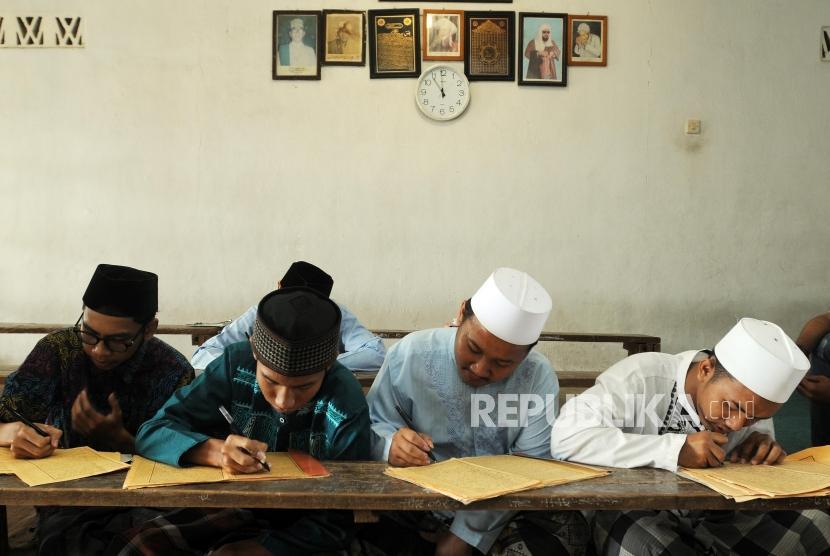 Santri belajar mengartikan Kitab Kuning saat mengaji kilatan kitab di Pondok Pesantren Almiizan, Bogor, Jawa Barat.