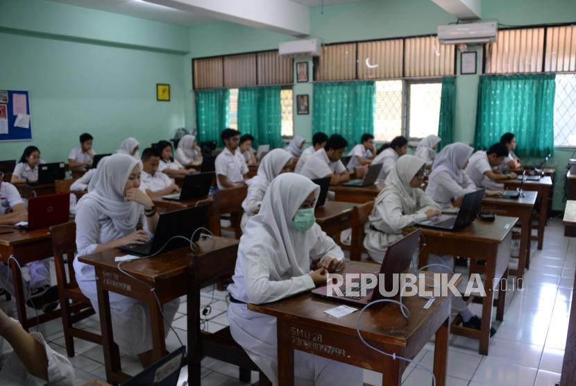 Sejumlah Siswa mengikuti Ujian Nasional Berbasis Komputer (UNBK) di Sekolah Menengah Atas Negeri (SMAN) 28 Jakarta, Senin (1/4).