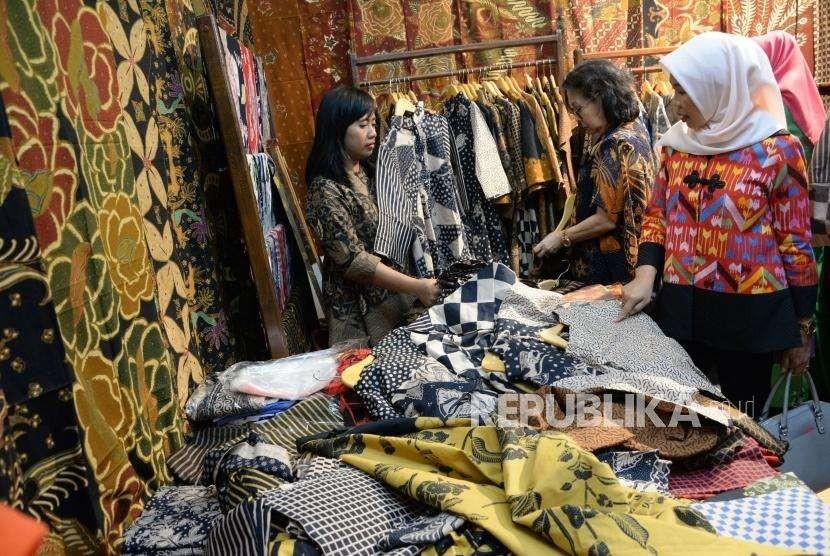 Pengunjung memilih kain batik pada Pameran Kriyanusa di Jakarta. ilustrasi