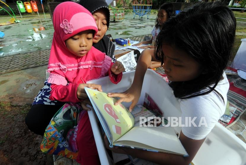 Pustaka Kelana Foundation provides children's books at Taman Pintar, Pulogadung, Jakarta.