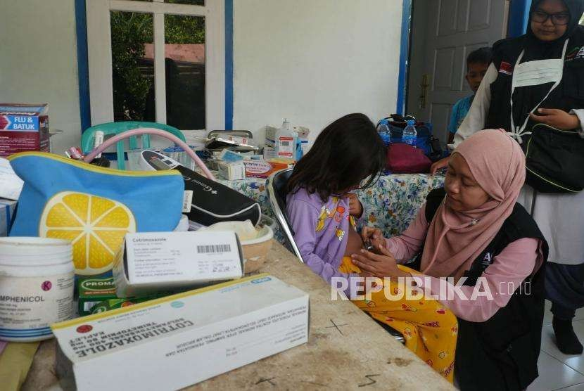 Indah (6 tahun) sedang diperiksa oleh Dokter Relawan ACT di posko Kesehatan ACT di Desa Salua, Kecamatan Sigi, Sulawesi Tengah, kamis (10/10).