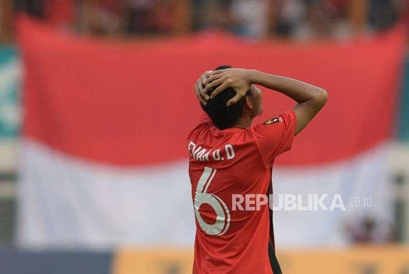 Ekspresi pemain timnas Indonesia Evan Dimas seusai gagal melakukan tendangan ke gawang Uni Emirat Arab dalam pertandingan cabang sepakbola Asian Games 2018 di Stadion Wibawa Mukti, Cikarang, Jawa Barat, Jumat (24/8).