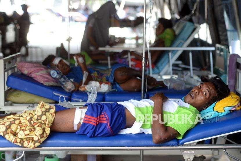 Warga korban bencana alam gempa bumi dan tsunami dirawat di RSUD Undata, Palu, Sulawesi Tengah, Kamis (4/10).