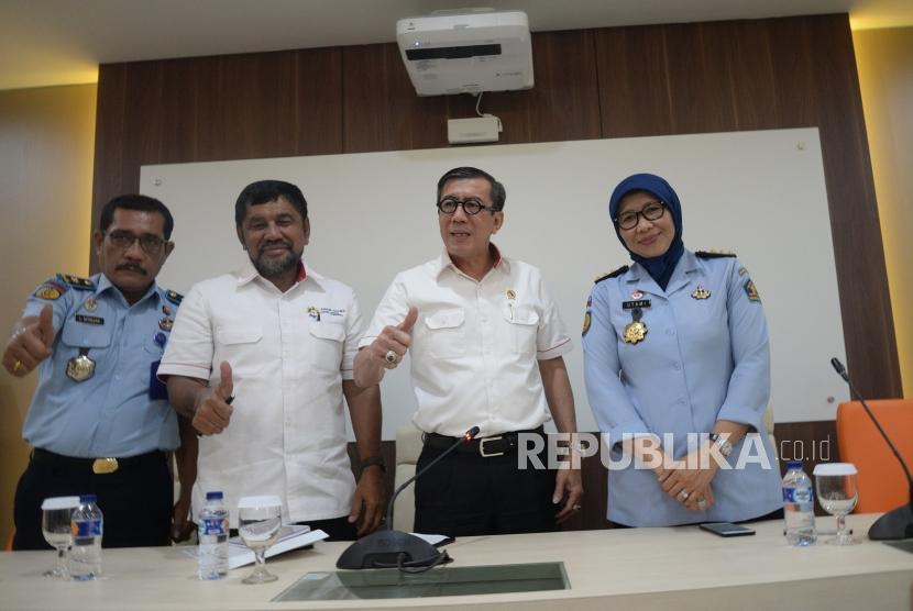 Evaluasi Kasus Lapas Sukamiskin. Menteri Hukum dan HAM Yasonna Laoly (kedua kanan) usai memberikan konferensi pers di Kemekumham, Jakarta, Senin (23/7).