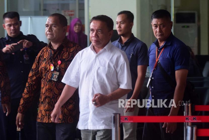 Gubernur Aceh, Irwandi Yusuf (tengah) tiba di Komisi Pembarantasan Korupsi, Jakarta, Rabu (4/7).