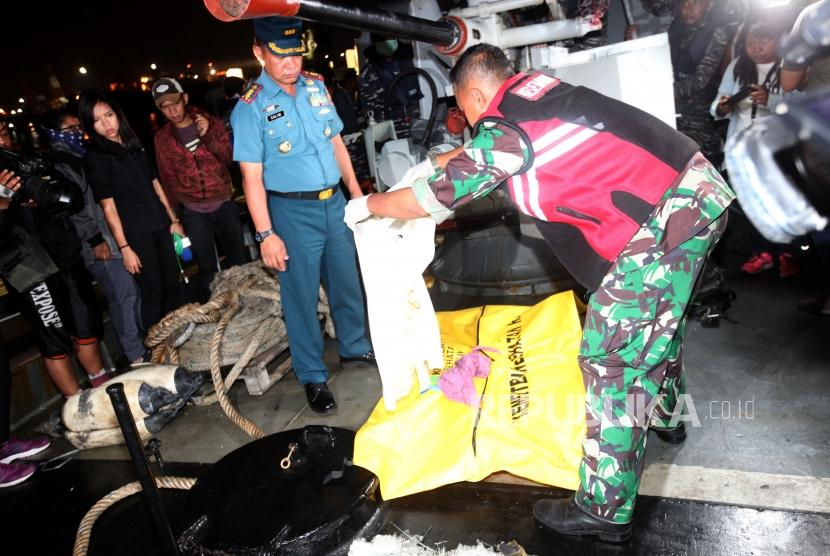 Kantong jenazah temuan korban dan puing-puing pesawat Lion Air JT 610 yang jatuh di Perairan Karawang yang akan dibawa ke RS Polri untuk identifikasi