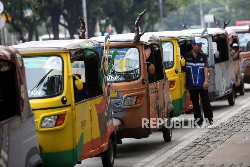 Sejumlah Bajaj yang dimodifikasi berbentuk Maskot Asian Games Bhin Bhin (Burung Cendrawasih), Atung (Rusa Bawean), dan Kaka (Badak Bercula Satu) terparkir di Kawasan Monas, Jakarta, Rabu (16/5).
