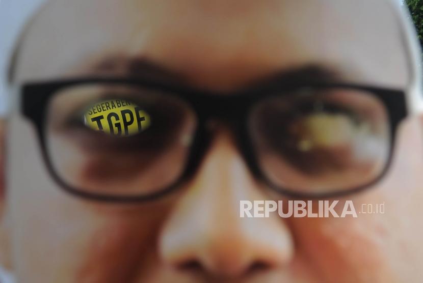 Poster bergambarkan Novel Baswedan dalam rangka peringatan 1 tahun kasus Novel Baswedan di depan Istana Merdeka Jakarta, Rabu (11/4).