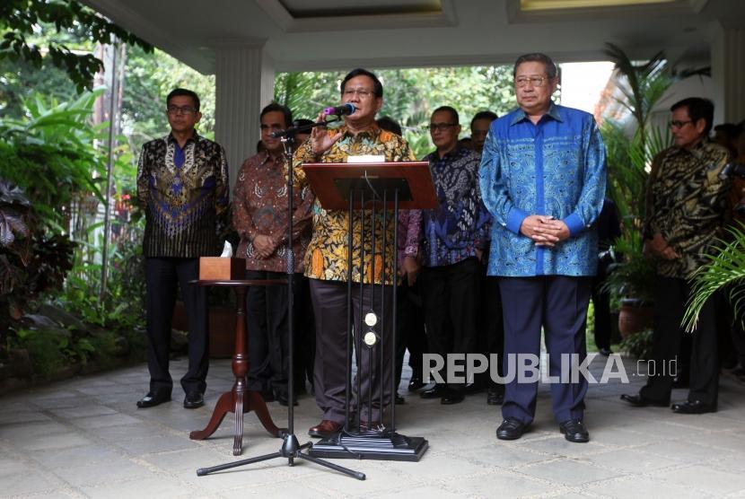 Ketua Umum Partai Gerindra Prabowo Subianto (kiri) bersama Ketua Umum Partai Demokrat Susilo Bambang Yudhoyono (kanan) memberikan keterangan kepada media usai pertemuan tertutup di kediaman Prabowo, Jalan Kertanegara, Kebayoran Baru, Jakarta, Senin (30/7).