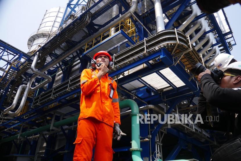 Petugas PT Pembangkitan Jawa Bali (PJB) memeriksa salah satu katup pembuangan gas uap buangan PLTU (ilustrasi). PT PJB menegaskan komitmennya mendukung langkah pemerintah meningkatkan pemanfaatan energi baru terbarukan (EBT).