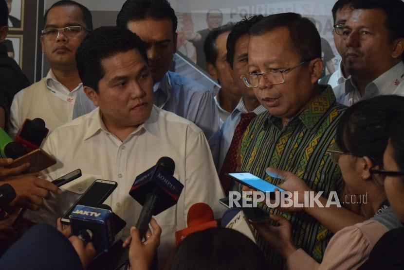 Ketua Tim Kampanye Nasional (TKN) pasangan Jokowi-Ma'ruf Erick Thohir bersama Wakil Ketua TKN Arsul Sani usai melakukan audensi dengan komisioner Bawaslu dikantor Bawaslu, Jakarta, Kamis (25/10).