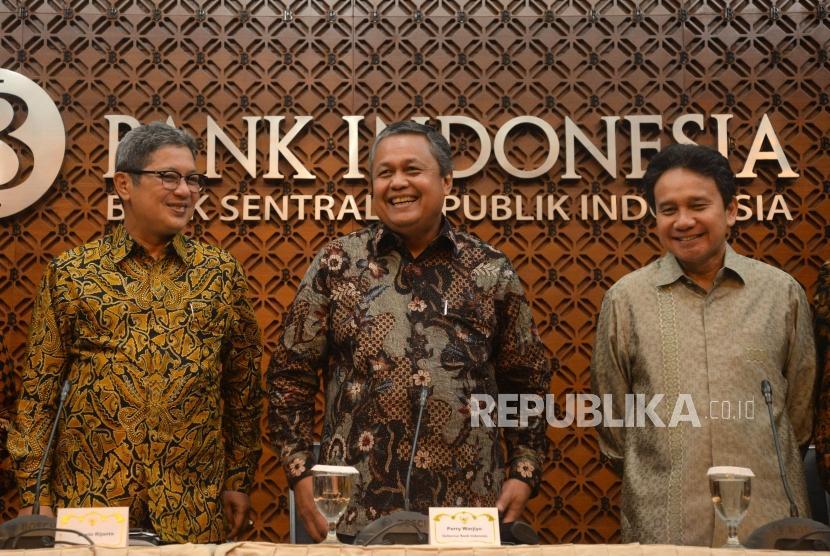 Gubernur Bank Indonesia (BI) Perry Warjiyo (tengah) didampingi Deputi Gubernur Mirza Adityaswara (kanan) dan Erwin Rijanto (kiri) bersiap memberikan keterangan pers hasil Rapat Dewan Gubernur di kantor pusat BI, Jakarta, Jumat (29/6).